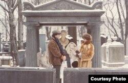 Михаил Талалай и английская гостья в Некрополе мастеров искусств. Александро-Невская Лавра. 1980-е.
