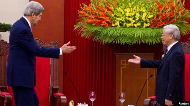 Ông Nguyễn Phú Trọng tiếp đón Ngoại trưởng Mỹ John Kerry ở Hà Nội hồi cuối năm 2013.