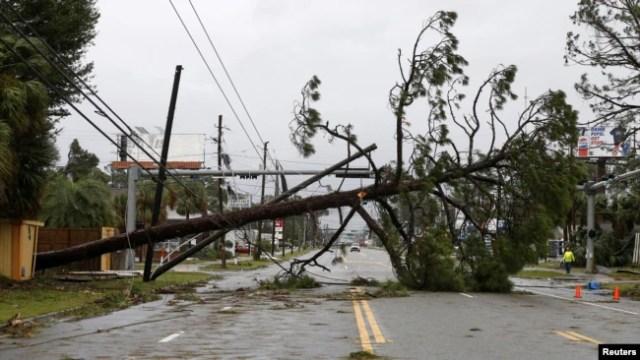 Un árbol caído y lineas de poder bloquean una vía tras el paso del huracán Michael en Panama City Beach, Florida. Octubre 10, 2018.