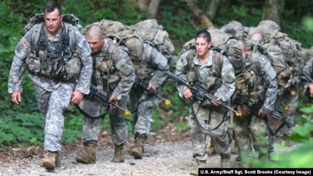 Các binh sĩ trong khóa đào tạo Biệt kích tinh nhuệ trong khóa học trên núi Yonah, Cleverland, Georgia ngày 14/7/2015.