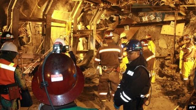 Para pekerja Freeport memeriksa lokasi kecelakaan Big Gossan bersama petugas pemerintah di Timika. (Foto: Dok)