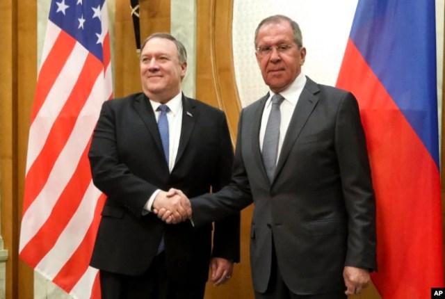 El secretario de Estado de EE.UU., Mike Pompeo (izquierda), y el ministro de RR.EE. de Rusia, Sergey Lavroveft, posan para una foto antes de sus conversaciones en el balneario de Sochi, un balneario en el Mar Muerto en el Sur de Rusia, el 14 de mayo de 2019.