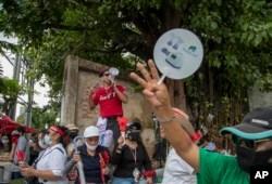 Demonstran pro-demokrasi meneriakkan slogan saat melakukan protes di luar gedung parlemen di Bangkok, Thailand, Kamis, 24 September 2020.