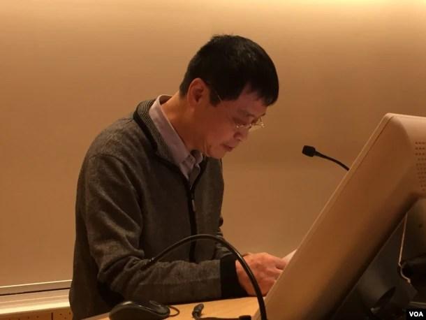 """徐友渔在新学院""""对学术自由的持续威胁""""研讨会上发言(2016年11月,美国之音方冰拍摄)"""