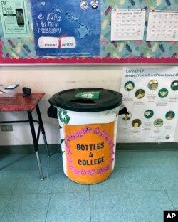 Tempat sampah yang dilukis oleh siswa untuk penggalangan dana Genshu Price, Bottles4College, ditempatkan di kantor di S.W. Sekolah Menengah Raja di Kāne'ohe, Hawaii, 10 Oktober 2020. (Foto: AFP/Maria Price)