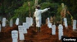 Deretan makam jenazah Covid-19 di TPU Pondok Ranggon, Jakarta. (Foto: @DKIJakarta)