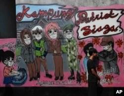 "Mural ""kesadaran virus corona "" di desa Rawa Pasung, Bekasi di pinggiran Jakarta, Indonesia, Kamis, 23 Juli 2020. (AP Photo / Achmad Ibrahim) Format: JPG"