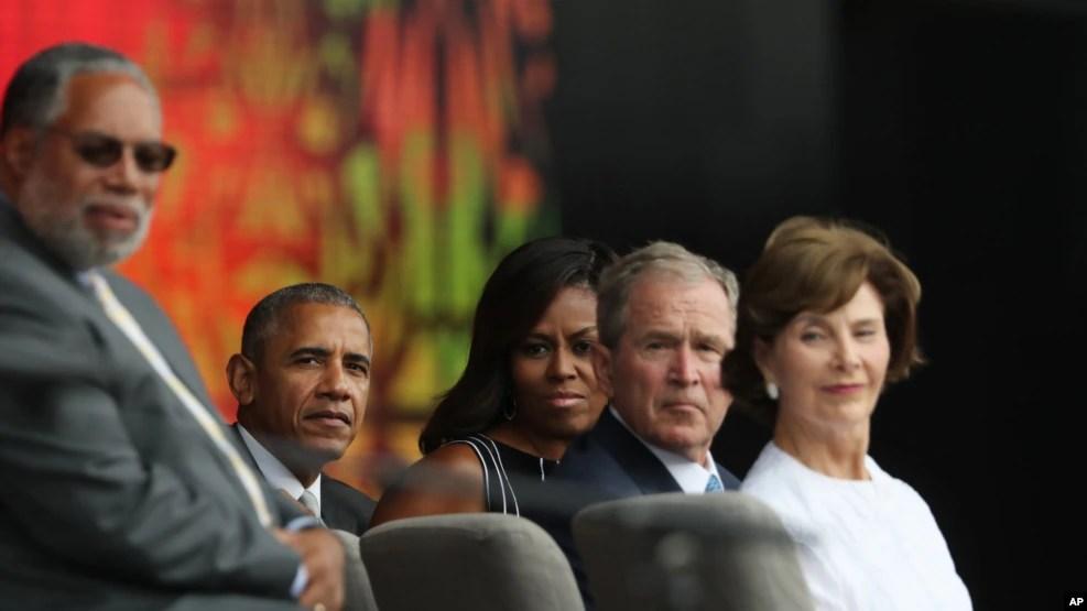 Le président Barack Obama, deuxième à gauche, avec, à l'extrême gauche, Lonnie Bunch, directeur du Musée Smithsonian d'histoire afro-américaine et de la culture, et à partir de l'extrême droite la première dame Michelle Obama, l'ancien président George W. Bush, et l'ancienne première dame Laura Bush, assistent à l'inauguration du national musée de l'histoire des noirs à Washington DC, 24 septembre 2016