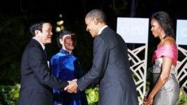 Tổng thống Mỹ Barack Obama và Ðệ nhất phu nhân Michelle Obama chào đón Chủ tịch nước Trương Tấn Sang của Việt Nam (trái) và phu nhân tại Hội nghị thượng đỉnh APEC ở Honolulu, Hawaii, ngày 12 Tháng 11 năm 2011.