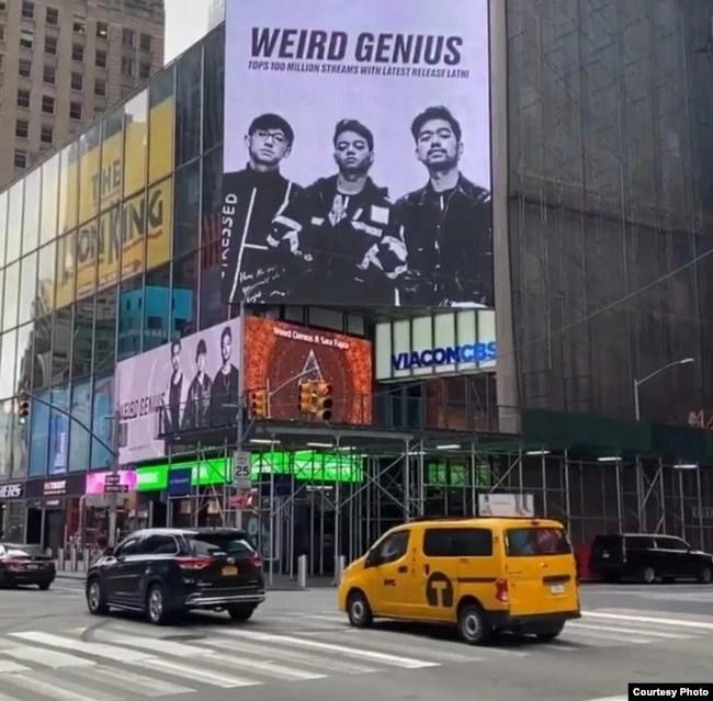 Weird Genius di papan Billboard Time Square, New York (courtesy: @weird.genius).