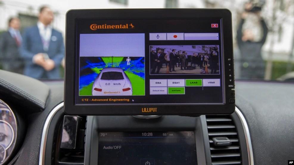 Màn hình hiển thị bên trong một chiếc Tesla 90D trong một cuộc triển lãm công nghệ xe tự lái ở Capitol Hill, Washington, 15 Tháng 3 năm 2016.