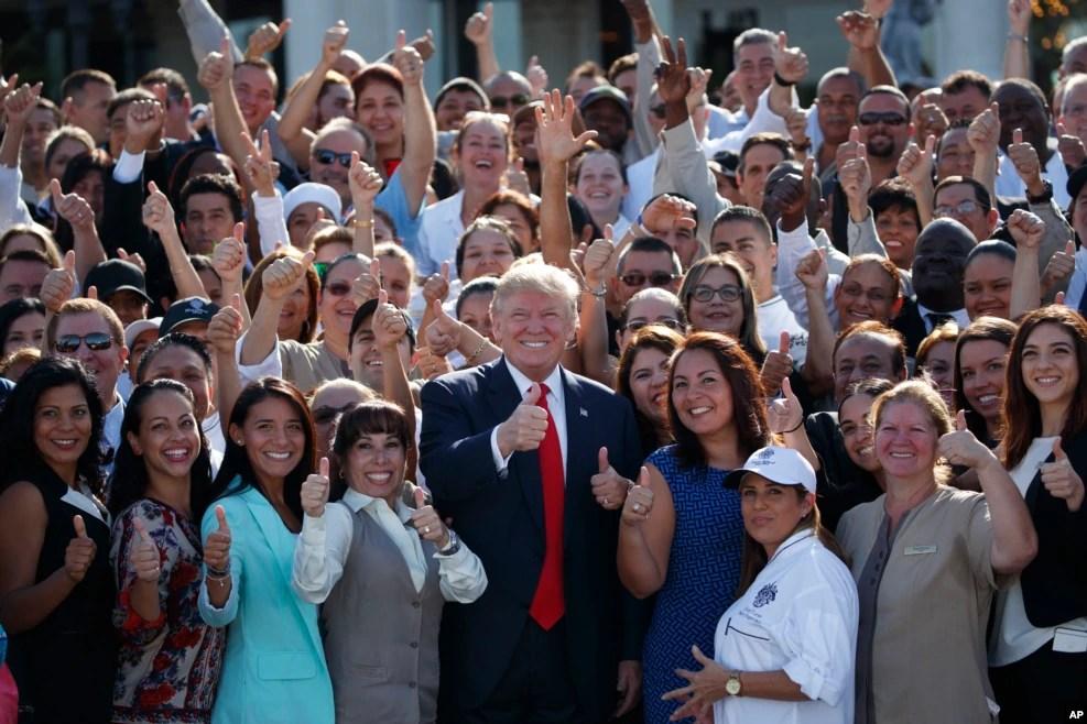 在迈阿密,川普和支持他的群众合影