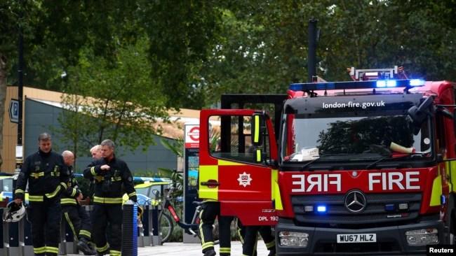 Bomberos llegaron al lugar donde un automóvil se estrelló frente al Parlamento británico en Londres el martes, 14 de agsoto de 2018.