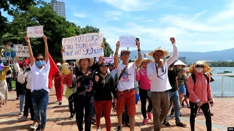 Nhóm đi đầu trong cuộc biểu tình lúc sáng Chủ Nhật, 10 tháng Sáu, tại Đà Nẵng.