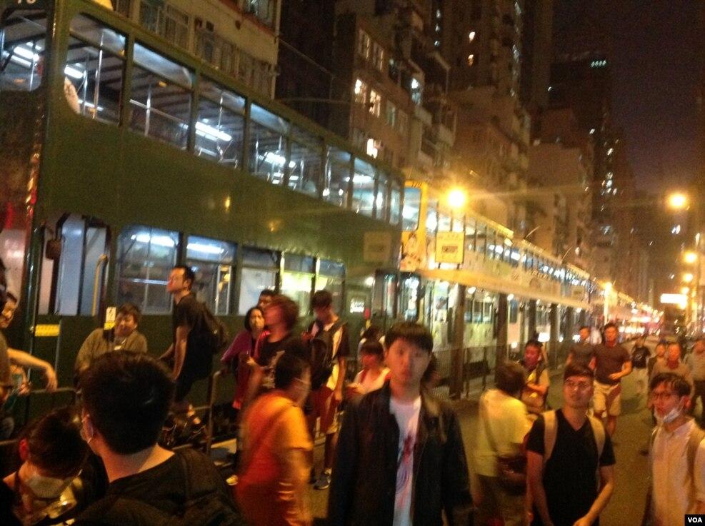 示威者在9点过后占据了中联办外一段德辅道,并在中联办后门外与警方防线展开推撞,警方用辣椒喷雾还击将示威者防线推后。示威者不断呼喊反对释法。