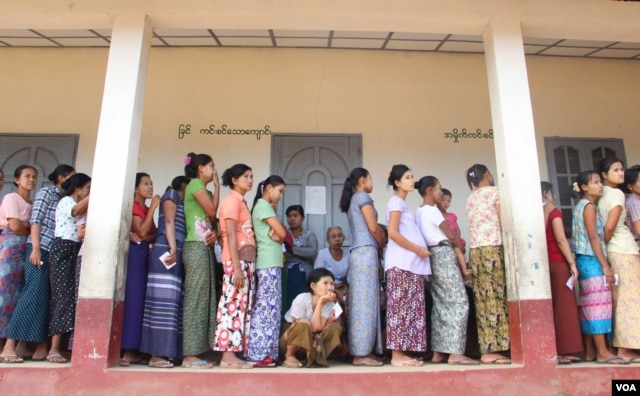 Cử tri Myanmar xếp hàn chờ bỏ phiếu trong cuộc bầu cử lịch sử, ngày 8/11/2015. (Ảnh - Thar Nyunt Oo/VOA)