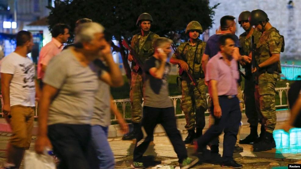 Des militaires loyalistes turcs montent la garde sur la place Taksim à Istanbul, Turquie, 15 juillet 2016.