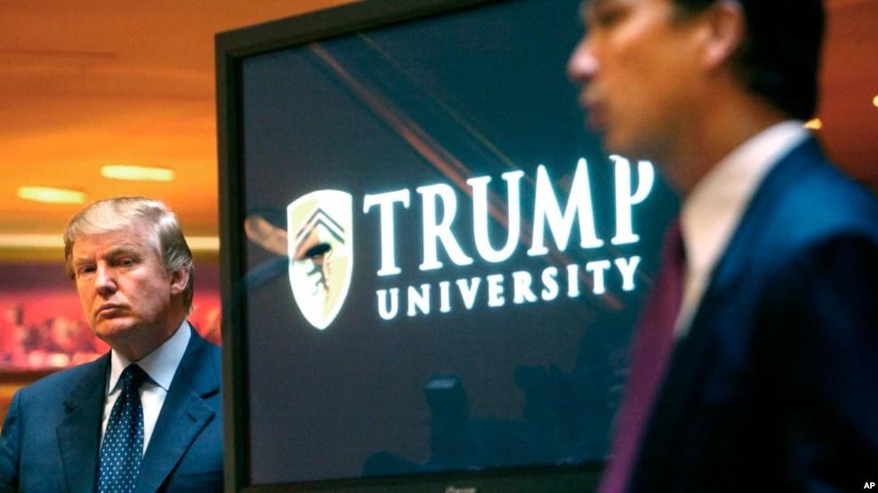 Tư liệu - Donald Trump xuất hiện trong buổi khai trương Đại học Trump giờ không còn nữa vào ngày 23 tháng 5, 2005.