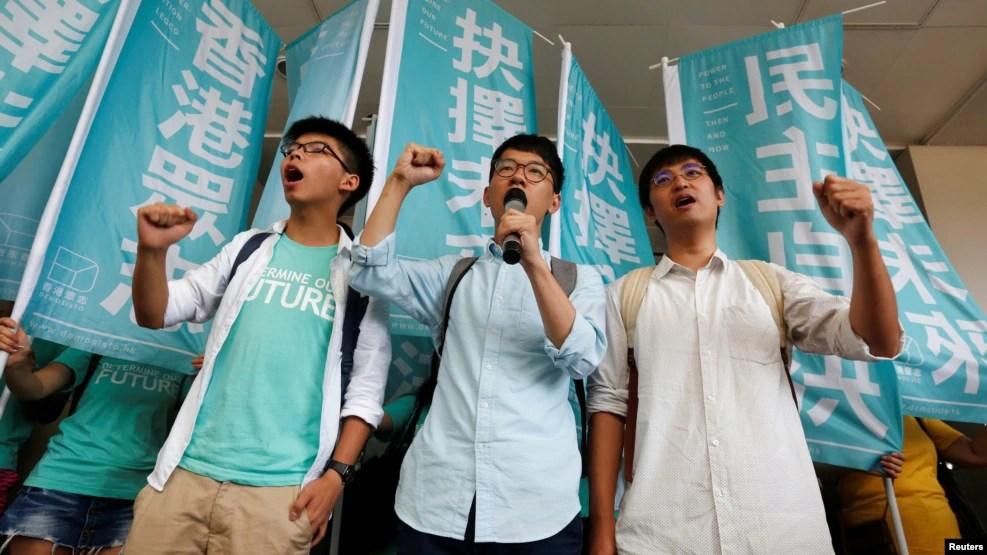 Thủ lĩnh học sinh (từ trái sang) Joshua Wong, Nathan Law và Alex Chow hô khẩu hiệu bên ngoài một tòa án ở Hong Kong, ngày 21/7/2016.