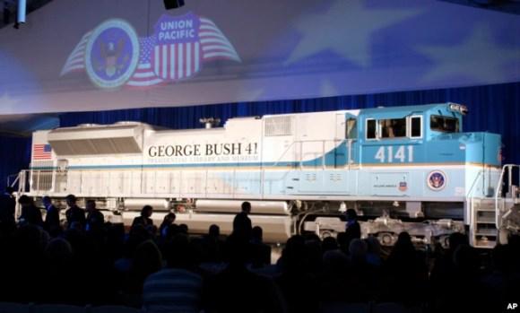 Foto del 18 de octubre de 2005, de la inauguración del tren 4141 en honor del expresidente George H.W. Bush, en la Universidad Texas A&M, en College Station, Texas.