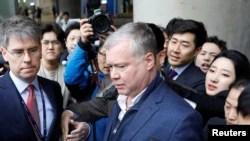 Le 3 février 2019, le représentant spécial des États-Unis pour la Corée du Nord, Stephen Biegun, est entouré par les médias à son arrivée à l'aéroport international d'Incheon, à Incheon (Corée du Sud).