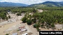 Dampak banjir bandang pada April 2019 menyebabkan tiga dusun di desa Bangga Bangga, Dolo Selatan Kabupaten Sigi tidak lagi ditinggali warga sejak rumah mereka tertimbun sedimentasi pasir dan lumpur, 1 Mei 2019. (Foto: Yoanes Litha)