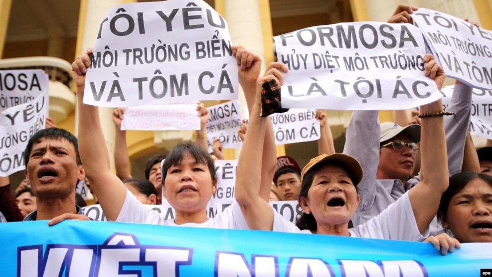 Người biểu tình xuống đường phản đối vụ cá chết hàng loạt tại các tỉnh miền Trung, Hà Nội, ngày 1/5/2016.