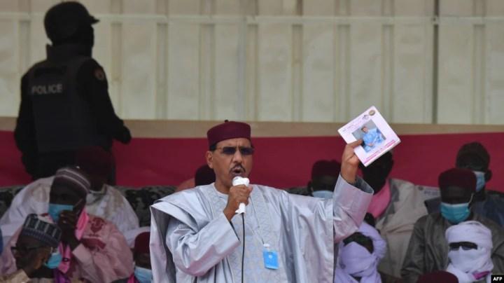 Le candidat à la présidence du Parti nigérien pour la démocratie et le socialisme (PDNS) Mohamed Bazoum prononce un discours lors d'un rassemblement électoral à Diffa le 23 décembre 2020.