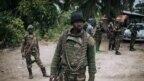 Un soldat de la République démocratique du Congo est vu en patrouille dans le village de Manzalaho, près de Beni, le 18 février 2020, suite à une attaque présumée de membres du groupe rebelle des Forces démocratiques alliées (ADF).