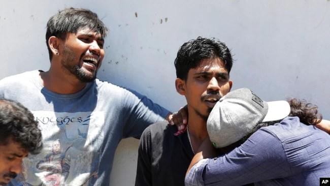Familiares de personas muertas en ataques a una iglesia esperan afuera de la morgue de un hospital en Colombo, Sri Lanka, el domingo 21 de abril de 2019. Explosiones casi simultáneas estremecieron tres iglesias y tres hoteles en Sri Lanka el Domingo de Pascua.