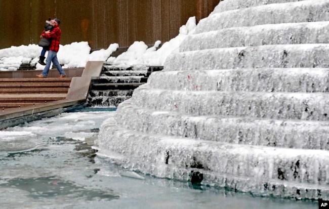 Fuente congelada en el centro de Atlanta, Georgia. Enero 3, 2017.