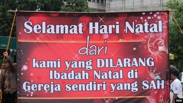 Spanduk ucapan selamat Natal dari jemaat GKI Yasmin Bogor dan HKBP Filadelphia Bekasi yang sampai sekarang tidak dapat menjalankan ibadah. (Foto: Dok)