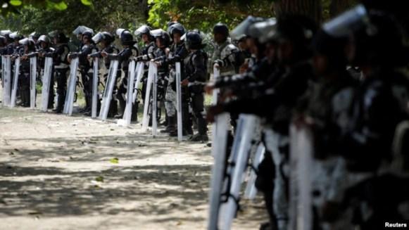 Fuerzas de la Guardia Nacional de México custodian la ribera del río en Ciudad Hidalgo el 21 de enero de 2020 para impedir el paso de la caravana de migrantes centroamericanos.
