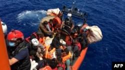 51 Migranten, die auf einem Holzboot trieben, wurden am 25. Juni 2020 von Mitgliedern der französischen NGO SOS Mediterranée vor der Küste der Insel Lampedusa gerettet.