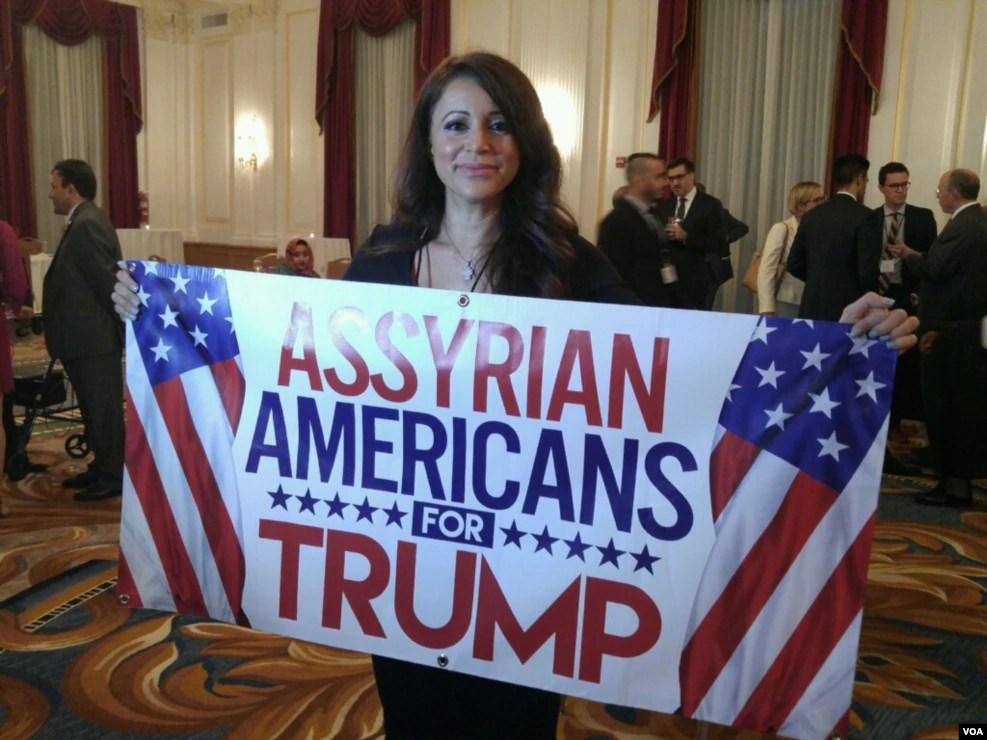 """在首都华盛顿,有人手持标语""""叙利亚裔美国人支持川普"""""""