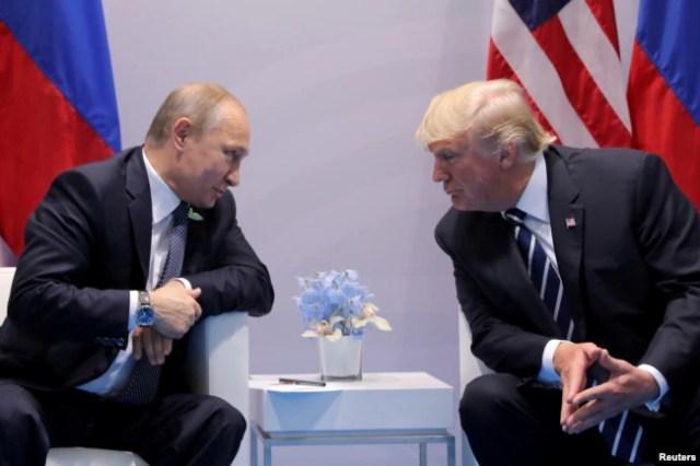 ARCHIVO - El presidente de Rusia, Vladimir Putin, habla con el presidente de EE.UU., Donald Trump, durante una reunión bilateral en la cumbre del G20 en Hamburgo, Alemania, el 7 de julio de 2017.
