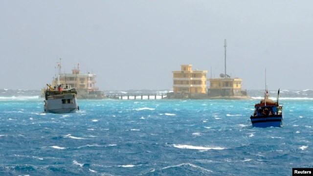 Tàu đánh cá Việt Nam gần quần đảo Trường Sa ở Biển Ðông, ngày 5/1/2013. Theo EIA, Biển Đông có thể chứa trữ lượng lên tới 11 tỷ thùng dầu và ước tính quần đảo Trường Sa có trữ lượng khoảng 800 tới 5,4 tỷ thùng dầu.