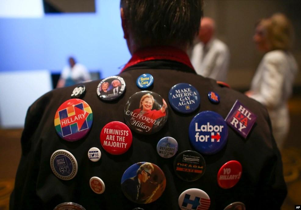 """在纽约的克林顿大选之夜晚会上,有人衣服上挂满了竞选徽章,一个徽章上印着""""女权主义者是大多数""""(2016年11月8日)"""