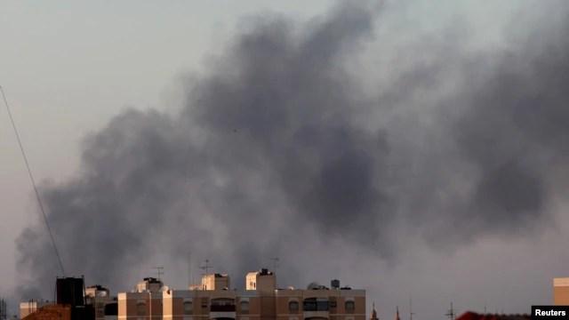 Khói đen bốc lên trời bên trên những khu vực diễn ra những vụ đụng độ giữa lực lượng ủng hộ chính phủ và phiến quân ở thành phố Benghazi, Libya, ngày 15 tháng 8, 2015.
