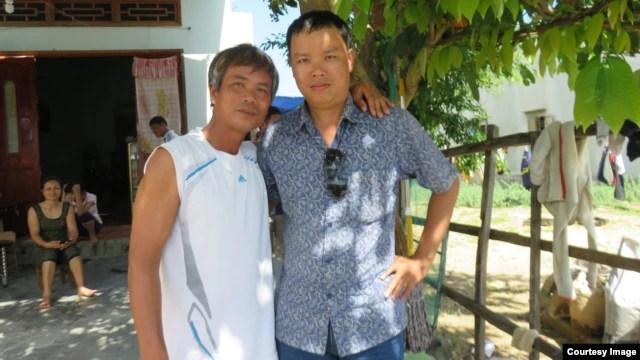 Anh Võ Khắc Bình ở xã Nhơn Lý, người từng làm công nhân xây dựng cho Cty Minh Dương (trái) và tác giả.