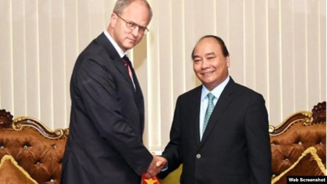 Thủ tướng Nguyễn Xuân Phúc gặp Đại sứ Đức ở Việt Nam Christian Berger tại Cần Thơ hôm 27/9.