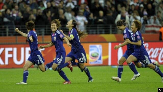 Các nữ tuyển thủ Nhật Bản mừng chiến thắng World Cup Bóng đá Nữ 2011.
