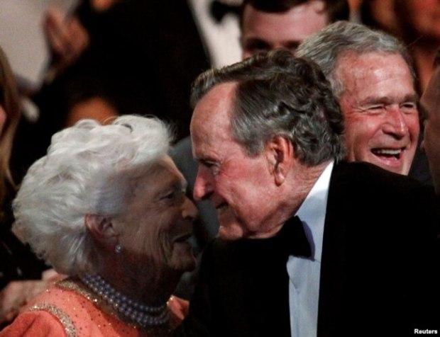Ex presidente George. H.W. Bush sonríe a su esposa Barbara durante un evento en el Kennedy Center.