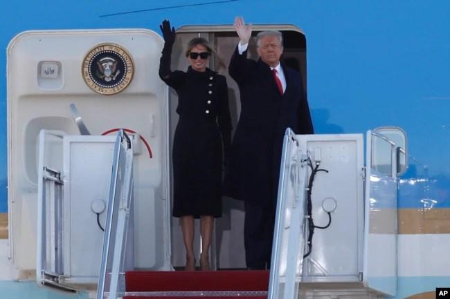 Presiden AS Donald Trump dan ibu negara Melania Trump memilih tidak menghadiri acara pelantikan dan terbang ke Florida, Rabu pagi (20/1).