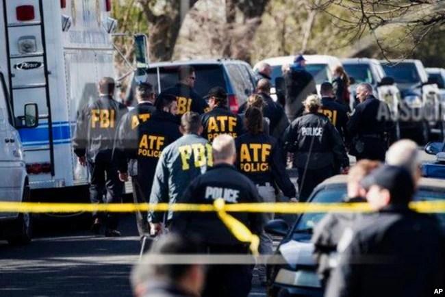 Agentes de distintas organizaciones policiales de EE.UU., trabajan en el lugar de una de las explosiones de paquetes bombas que estremecieron durante tres semanas a la ciudad de Austin y alrededores. Marzo 12 de 2018.