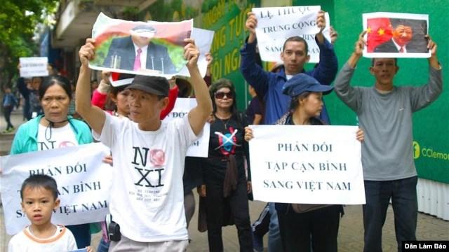 Biểu tình chống Tập Cận Bình tại Hà Nội, ngày 5/11/2015. (Ảnh: Danlambao/Fb Dung Mai)