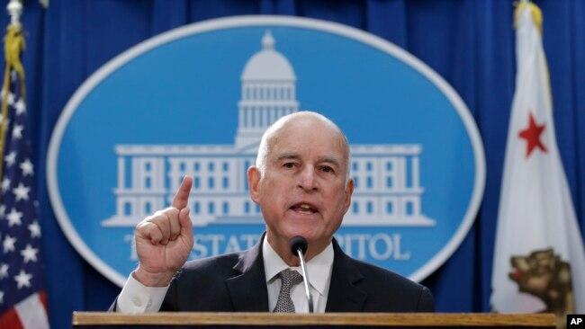 El gobernador de California, Jerry Brown, ha declarado estado de emergencia por los incendios forestales.