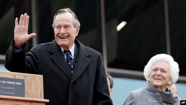 El presidente Bush junto a la primera dama, Barbara Bush, quien falleció en abril de este año. Foto: AP