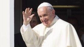 Đức Giáo Hoàng vẫy chào từ sân bay Fiumicino ở Rome, ngày 19/9/2015.