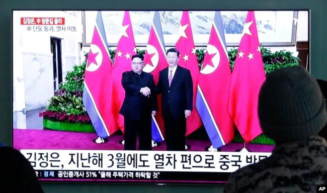 Según la Agencia Central de Noticias norcoreana, Kim partió el lunes por la tarde del país con su esposa, Ri Sol Ju, y otros altos cargos, hacia China tras la invitación del presidente Xi Jinping.
